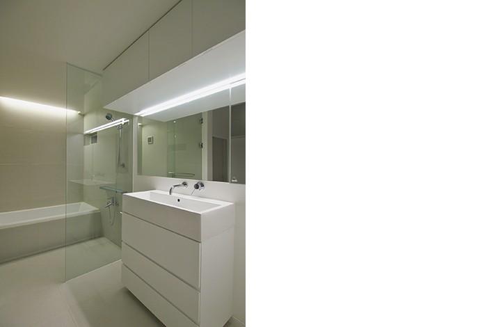 高窓のコートハウス (洗面・バスルーム)