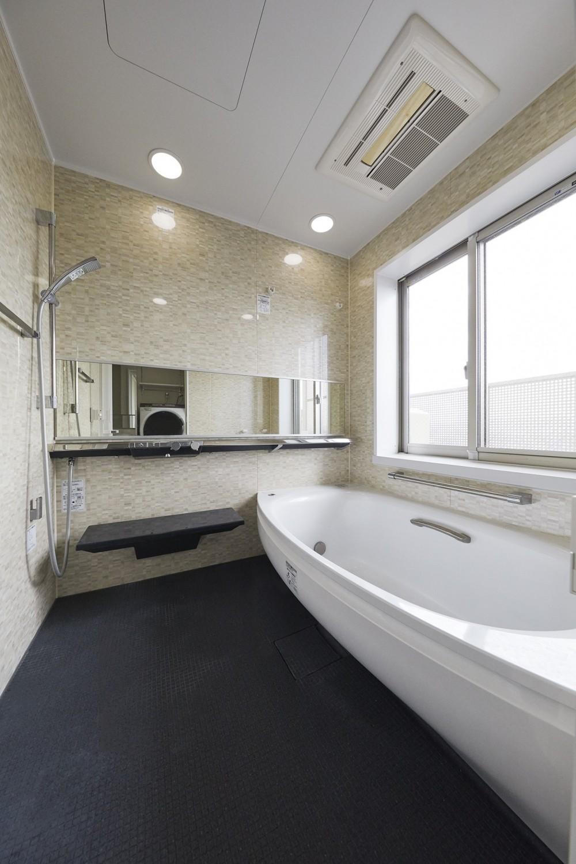 鏡面と大理石がポイント 高級感と使いやすさにこだわった全面リフォーム (浴室)