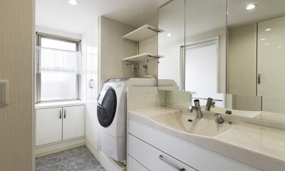 鏡面と大理石がポイント 高級感と使いやすさにこだわった全面リフォーム (洗面台)