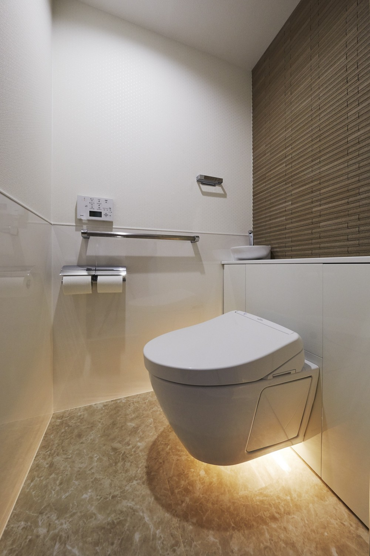 鏡面と大理石がポイント 高級感と使いやすさにこだわった全面リフォーム (トイレ)