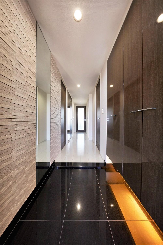 鏡面と大理石がポイント 高級感と使いやすさにこだわった全面リフォーム (玄関)