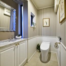 北欧ヴィンテージ インテリアを愉しむ住まい (壁紙の模様が映えるトイレ。)