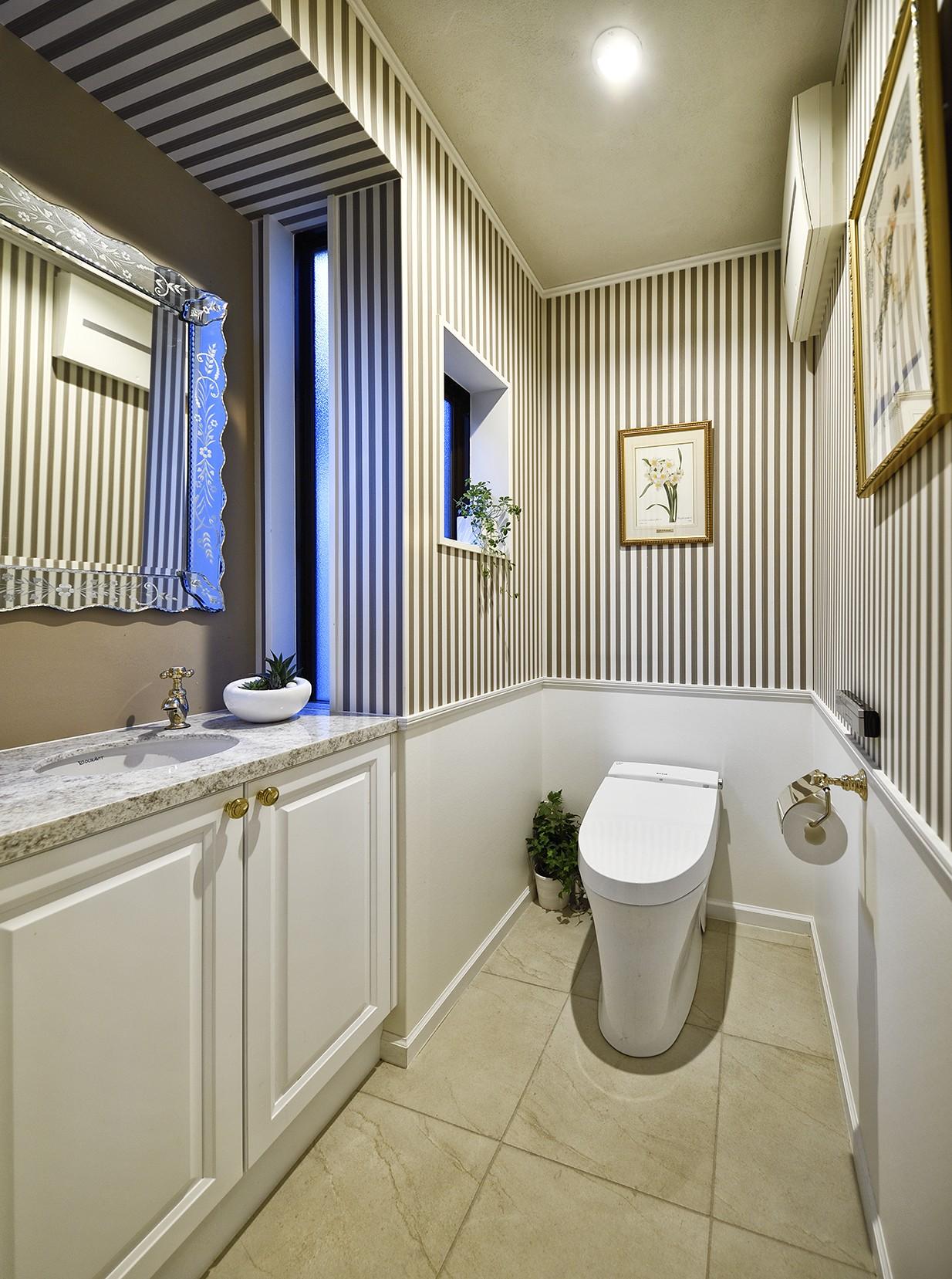 壁紙の模様が映えるトイレ 北欧ヴィンテージ インテリアを愉しむ住まい バス トイレ事例 Suvaco スバコ