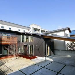大屋根と木の温もりに包まれた家 (外観)