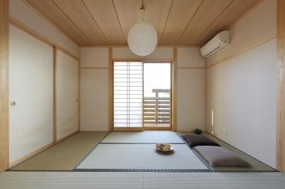 和室 (大屋根と木の温もりに包まれた家)