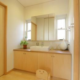 大屋根と木の温もりに包まれた家 (洗面室)
