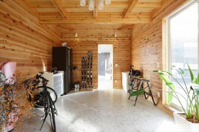 土間収納 (大屋根と木の温もりに包まれた家)