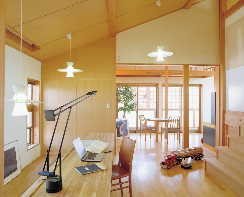 仕事場のある住まい|あなたの場所・自分の居場所づくり|階段室の手すり壁全体をワークコーナーに (階段室の手すり壁全体をワークコーナーに)