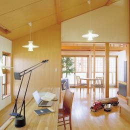 仕事場のある住まい|あなたの場所・自分の居場所づくり|階段室の手すり壁全体をワークコーナーに