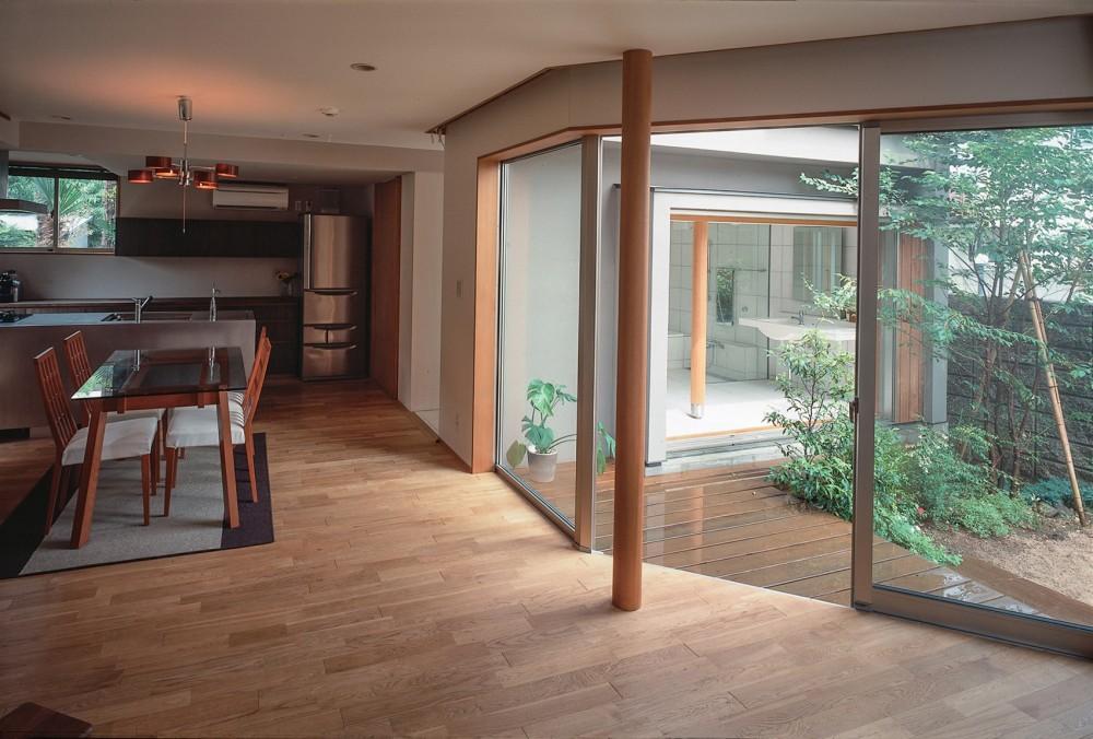 仕事場のある家 あなたの場所・自分の居場所を創る 階段と対面キッチンをカウンターで結び合わせ (中庭を通してお風呂リビングを見る)
