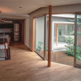 仕事場のある家|あなたの場所・自分の居場所を創る|階段と対面キッチンをカウンターで結び合わせ (中庭を通してお風呂リビングを見る)