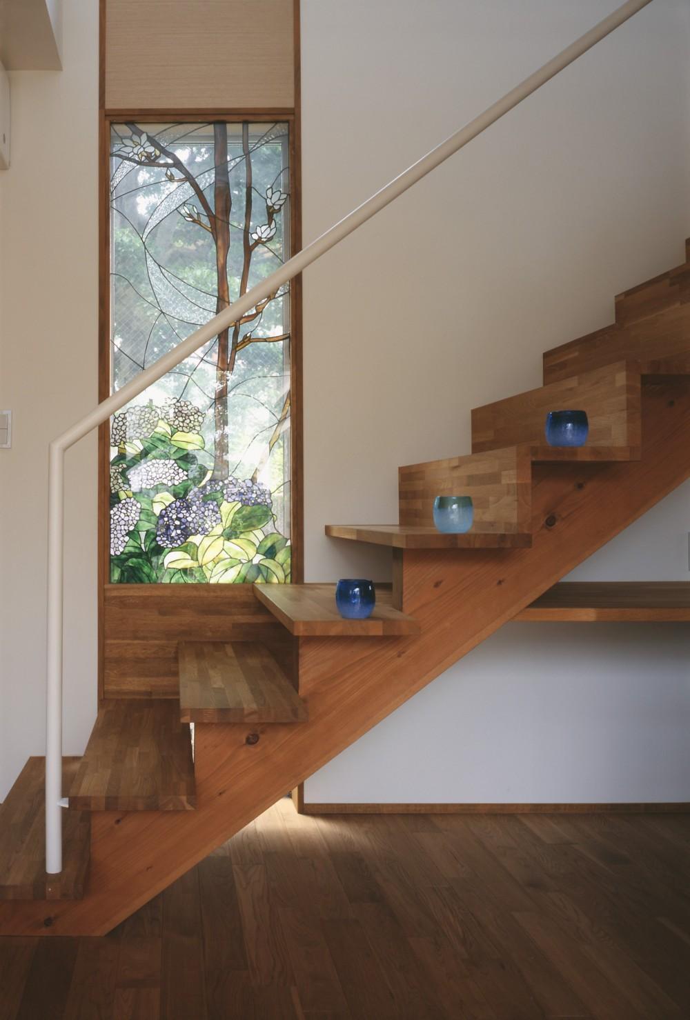 仕事場のある家 あなたの場所・自分の居場所を創る 階段と対面キッチンをカウンターで結び合わせ (仕事空間)