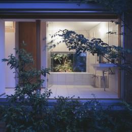 仕事場のある家 あなたの場所・自分の居場所を創る 階段と対面キッチンをカウンターで結び合わせ (中庭から見た縁側とお風呂)