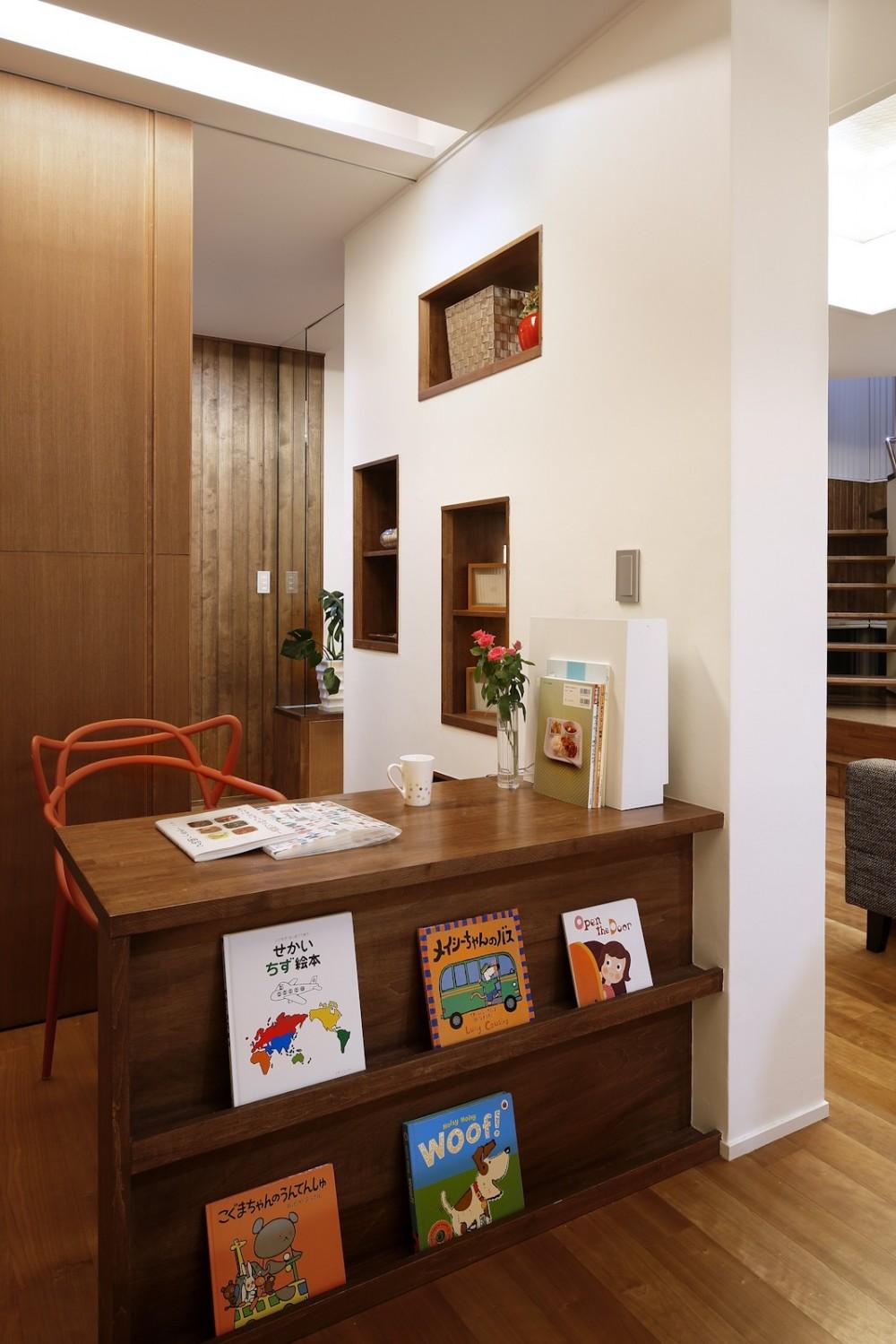 仕事場のある家|あなたの場所・自分の居場所を創る|キッチンとの関係性を良好に家事コーナーのコミュニティ (仕事場と絵本ラック)