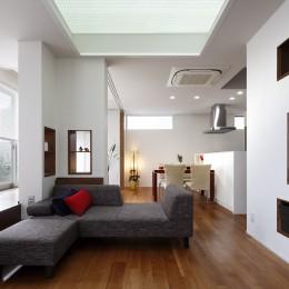 仕事場のある家|あなたの場所・自分の居場所を創る|キッチンとの関係性を良好に家事コーナーのコミュニティ (リビングから光を通す素敵な床材|天井を見る)