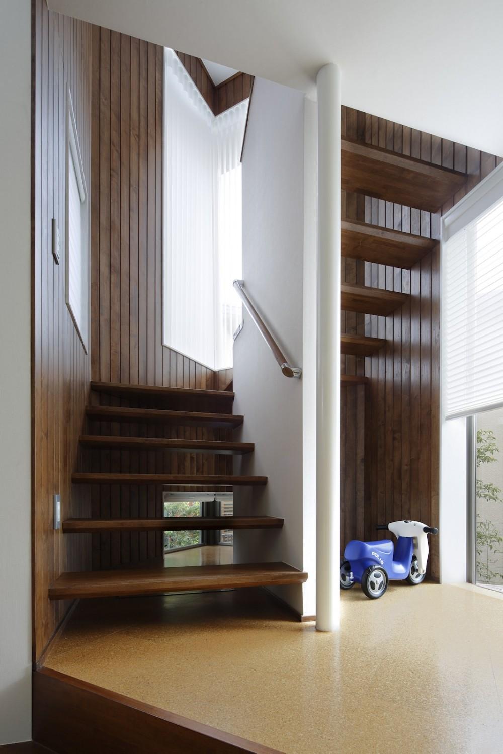 仕事場のある家|あなたの場所・自分の居場所を創る|キッチンとの関係性を良好に家事コーナーのコミュニティ (階段下は子供の秘密基地)