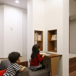 仕事場のある家|あなたの場所・自分の居場所を創る|キッチンとの関係性を良好に家事コーナーのコミュニティ (子供読書コーナー)