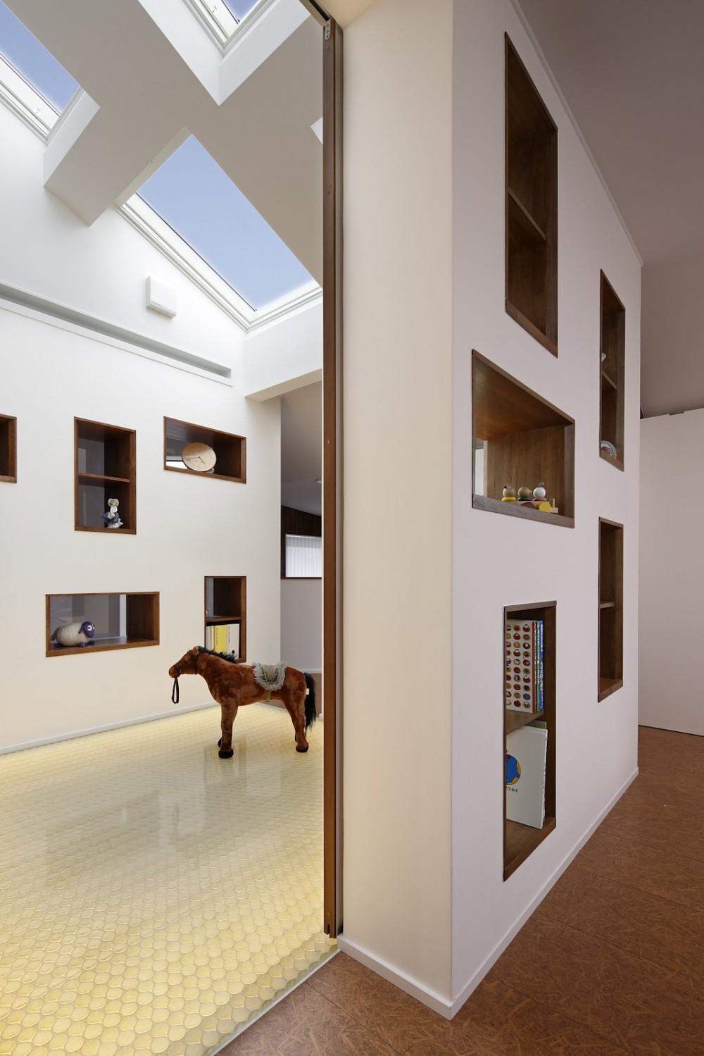 仕事場のある家|あなたの場所・自分の居場所を創る|キッチンとの関係性を良好に家事コーナーのコミュニティ (子供の部屋から見た光の間)