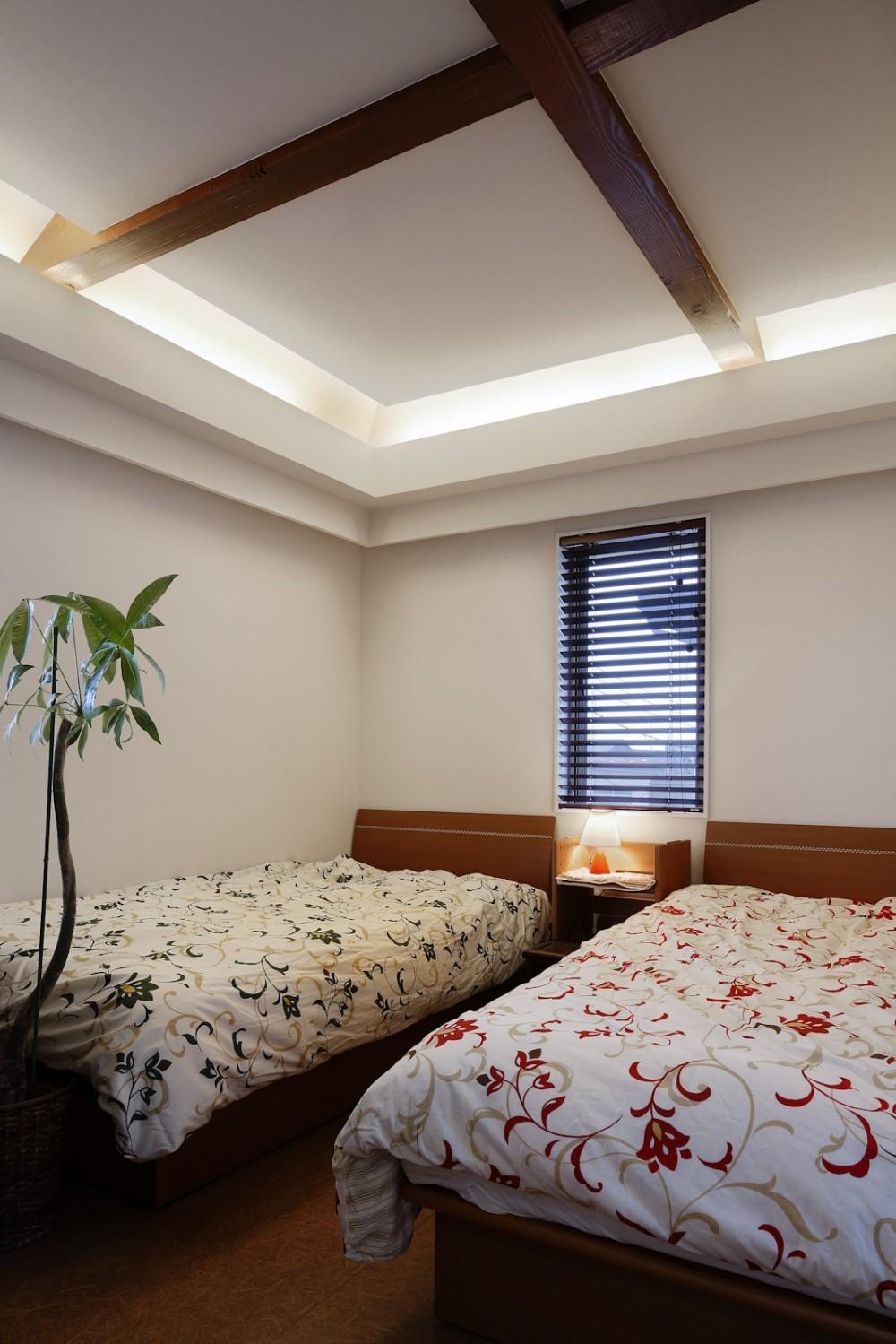 仕事場のある家|あなたの場所・自分の居場所を創る|キッチンとの関係性を良好に家事コーナーのコミュニティ (アジアンな主寝室)