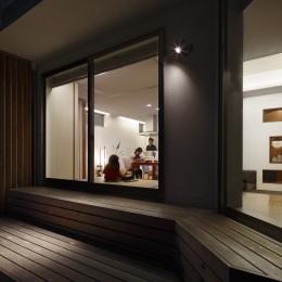 仕事場のある家|あなたの場所・自分の居場所を創る|キッチンとの関係性を良好に家事コーナーのコミュニティ (夕景)