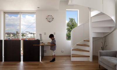 仕事場のある住まい|あなたの場所・自分の居場所づくり|個室と家族空間の結び目 ミニマムなワークコーナー (螺旋階段と仕事場)