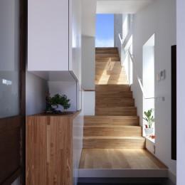仕事場のある住まい|あなたの場所・自分の居場所づくり|個室と家族空間の結び目 ミニマムなワークコーナー (ソラに向かう階段)