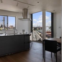 仕事場のある住まい|あなたの場所・自分の居場所づくり|個室と家族空間の結び目 ミニマムなワークコーナー (道を借景したキッチン)