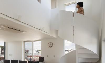 仕事場のある住まい|あなたの場所・自分の居場所づくり|個室と家族空間の結び目 ミニマムなワークコーナー (吹抜けと螺旋階段)