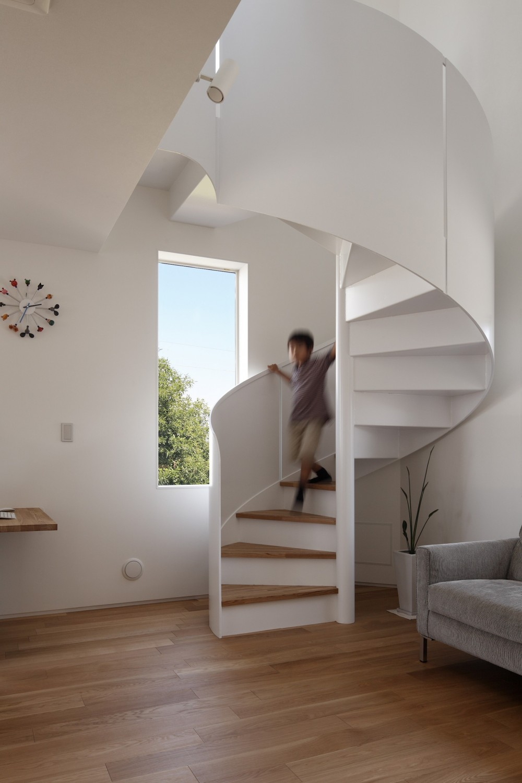 仕事場のある住まい|あなたの場所・自分の居場所づくり|個室と家族空間の結び目 ミニマムなワークコーナー (リボンのような螺旋階段はオブジェのよう)