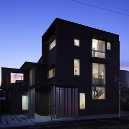 仕事場のある住まい|あなたの場所・自分の居場所づくり|個室と家族空間の結び目 ミニマムなワークコーナー (外観|夕景を美しく見せる開口部のリズム)