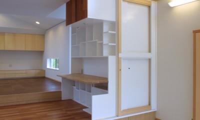 仕事場のある住まい|あなたの場所・自分の居場所を創る|リビングと音楽室を結ぶ ワークスペース (デスクとブックシェルフを一体的に造形した仕事場)