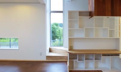 仕事場のある住まい|あなたの場所・自分の居場所を創る|リビングと音楽室を結ぶ ワークスペース (仕事場の裏側に階段空間。)