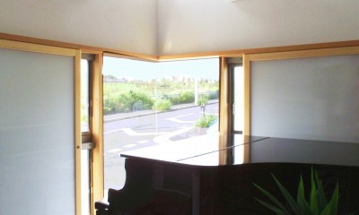 仕事場のある住まい|あなたの場所・自分の居場所を創る|リビングと音楽室を結ぶ ワークスペース (公園に開いた音楽室リビング)