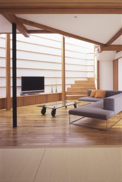 仕事場のある住まい あなたの場所・自分の居場所を創る リビングコーナーながら 専用の坪庭を持つスタディスペース (間接光線の柔らかなリビング)