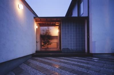 仕事場のある住まい あなたの場所・自分の居場所を創る リビングコーナーながら 専用の坪庭を持つスタディスペース (玄関先の広がり)
