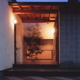 仕事場のある住まい|あなたの場所・自分の居場所を創る|リビングコーナーながら 専用の坪庭を持つスタディスペース (玄関ポーチ)