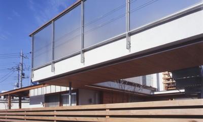 仕事場のある住まい|あなたの場所・自分の居場所を創る|リビングコーナーながら 専用の坪庭を持つスタディスペース (空中ブリッジと板塀の近景)