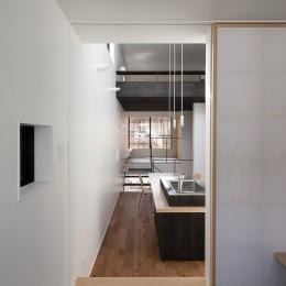 小江戸川越の町家 ー小間を立体的に繋げた現代的町家ー (妻の間より食の間と居間を見る)