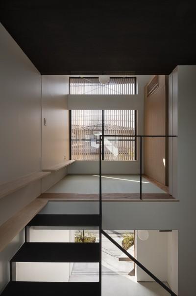 路地に面する居間 (小江戸川越の町家 ー小間を立体的に繋げた現代的町家ー)