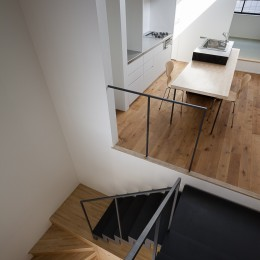 小江戸川越の町家 ー小間を立体的に繋げた現代的町家ー (食の間と階段)