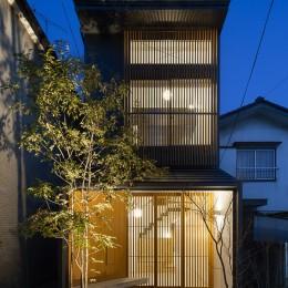小江戸川越の町家 ー小間を立体的に繋げた現代的町家ー (外観夜景)