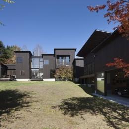 軽井沢・追分の家 ー様々な居場所が庭を取り囲む別荘ー (本館正面外観)