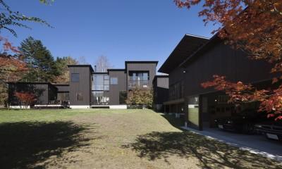 軽井沢・追分の家 ー様々な居場所が庭を取り囲む別荘ー