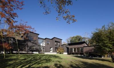 軽井沢・追分の家 ー様々な居場所が庭を取り囲む別荘ー (全体外観)