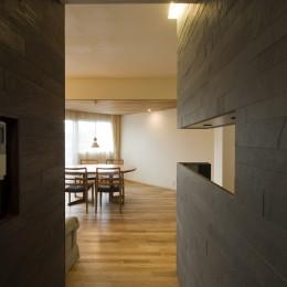 綱島の家 ー石・木・漆喰の素材を生かしたマンションのリノベーションー (リビング・ダイニング)