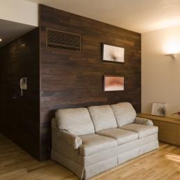 綱島の家 ー石・木・漆喰の素材を生かしたマンションのリノベーションー (リビング)