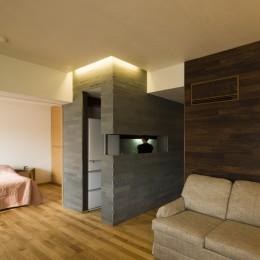 綱島の家 ー石・木・漆喰の素材を生かしたマンションのリノベーションー (キッチン)
