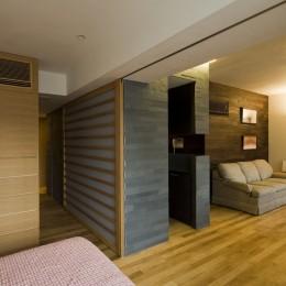 綱島の家 ー石・木・漆喰の素材を生かしたマンションのリノベーションー (寝室からリビングを見る)