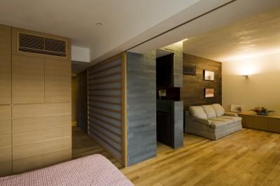寝室からリビングを見る (綱島の家 ー石・木・漆喰の素材を生かしたマンションのリノベーションー)