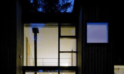 軽井沢・追分の家 ー様々な居場所が庭を取り囲む別荘ー (本館夜景)